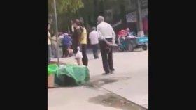 Sokak Ortasında Fortçuluk Yapan Yaşlı Sapık