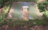 Sadece Sopa ve Çamur Kullanılarak Yapılan Havuzlu Gizli Ev