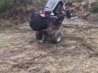 Bahçıvanın Çim Biçme Makinesiyle Şov Yapması