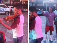 Sokak Sanatçısının Dansçılarla Karşılaşması