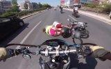 Çift Şeritli Yolda Şok Motosiklet Kazası