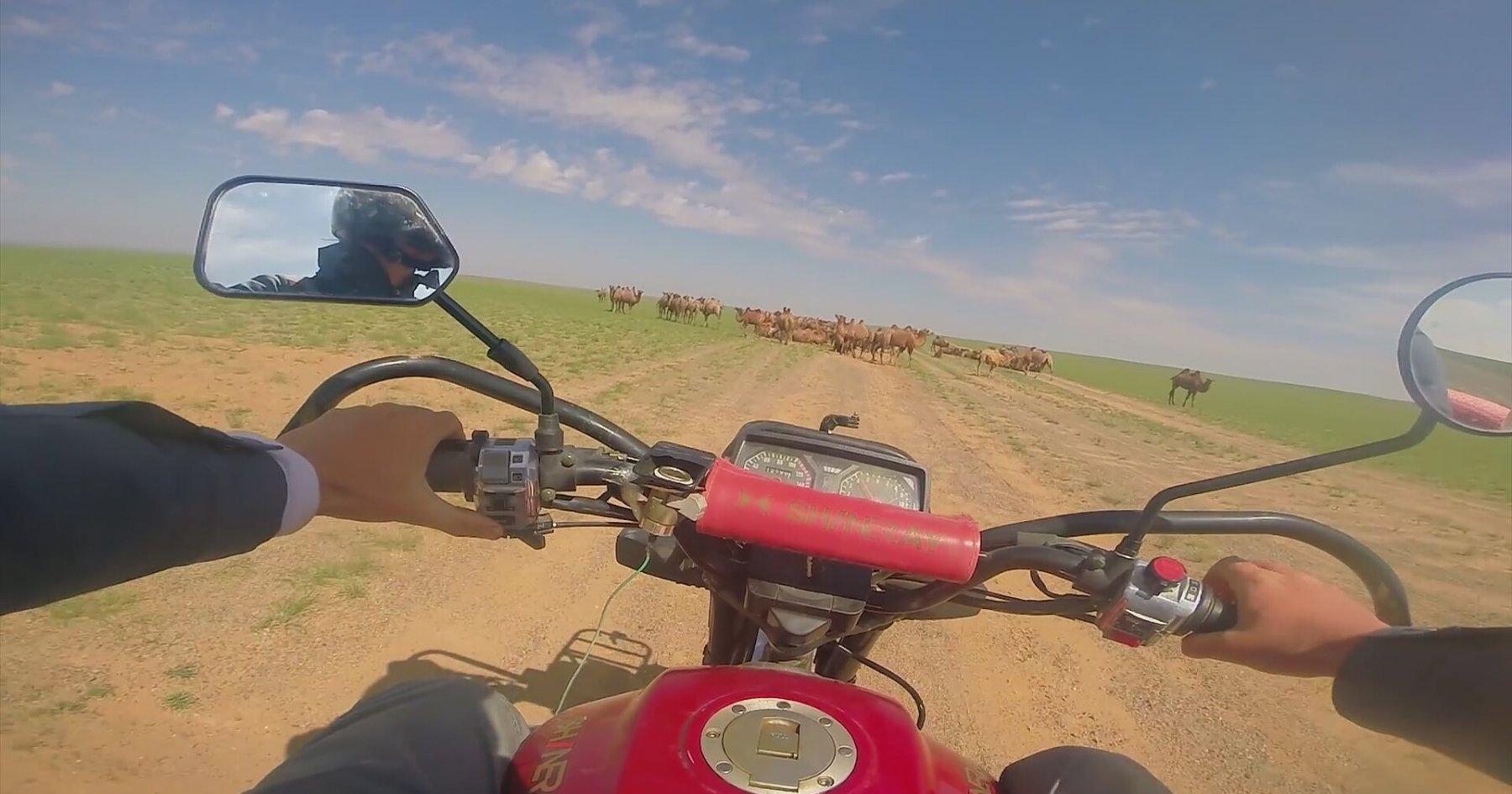 Motosikletiyle Moğolistan'ı Dolaşıp Görüntüleyen Adam