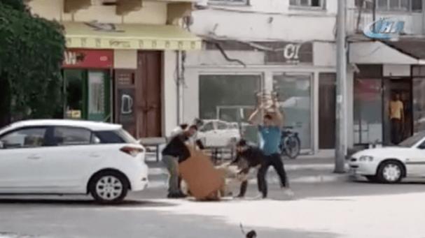 Sokak Ortasında Masa ve Sandalyelerle Dövülen Vatandaş