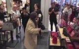 Alışveriş Merkezinde Dans Edip Coşan Yaşlı Kadın