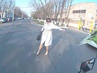 Motosikletin Önüne Çıkıp Yere Tuhaf Düşen Kadın