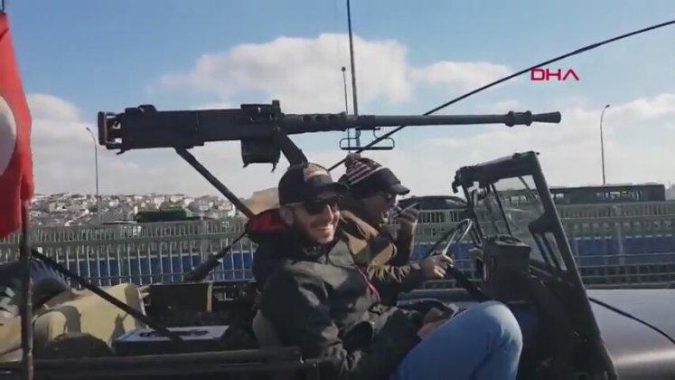 İstanbul Trafiğinde Uçaksavarla Yolculuk Yapan Gençler