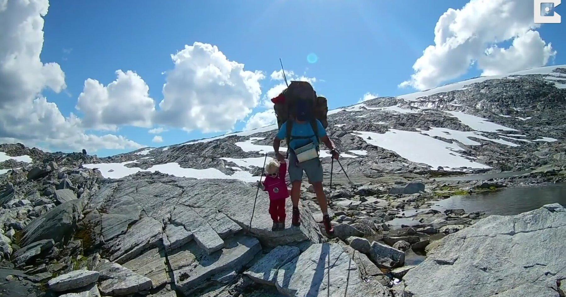 İki Yaşındaki Kızıyla Norveç Dağlarında Dolaşan Baba