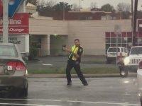 Dans Ederek Trafiği Yöneten Polis