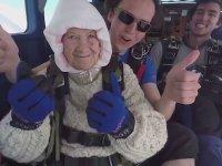 102 Yaşındaki Kadının Paraşütle Atlayıp Rekor Kırması
