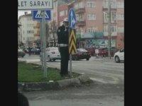 Ceza Yazmak İçin Trafik Tabelasının Arkasında Pusuya Yatan Trafik Polisi