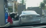 Kadın Sürücünün Tesla Araca Benzin Koymaya Çalışması