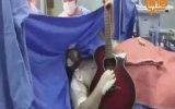 Beyin Ameliyatı Olurken Gitar Çalan Müzisyen