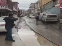 Yağmur Suyu Biriken Çukurda Balık Tutan Esnaf