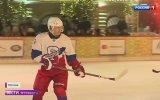 Vladimir Putin'in Kızıl Meydanda Buz Hokeyi Oynaması