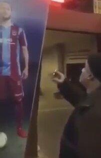 Yusuf Yazıcı'ın Posteri ile Konuşan Trabzon Taraftarı Dayı