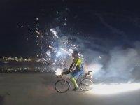 Bisiklete Düzenek Kurup Seri Havai Fişek Patlatmak