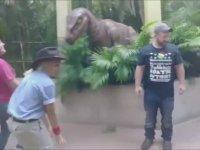 Yapay Dinozordan Korkan Kadının Yere Yığılması