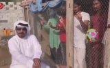 Hintli Göçmen İşçilere Kafeste Tezahürat Yaptıran Arap İş Adamı