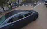El Frenini Çekmediği Otomobili Durdurmaya Çalışan Kadın Sürücü