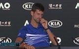 Novak Djokovic'in Basın Toplantısında Kırıp Geçirmesi
