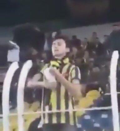 Fenerbahçeli Taraftarın Sahaya Okunmuş Pirinç Atması