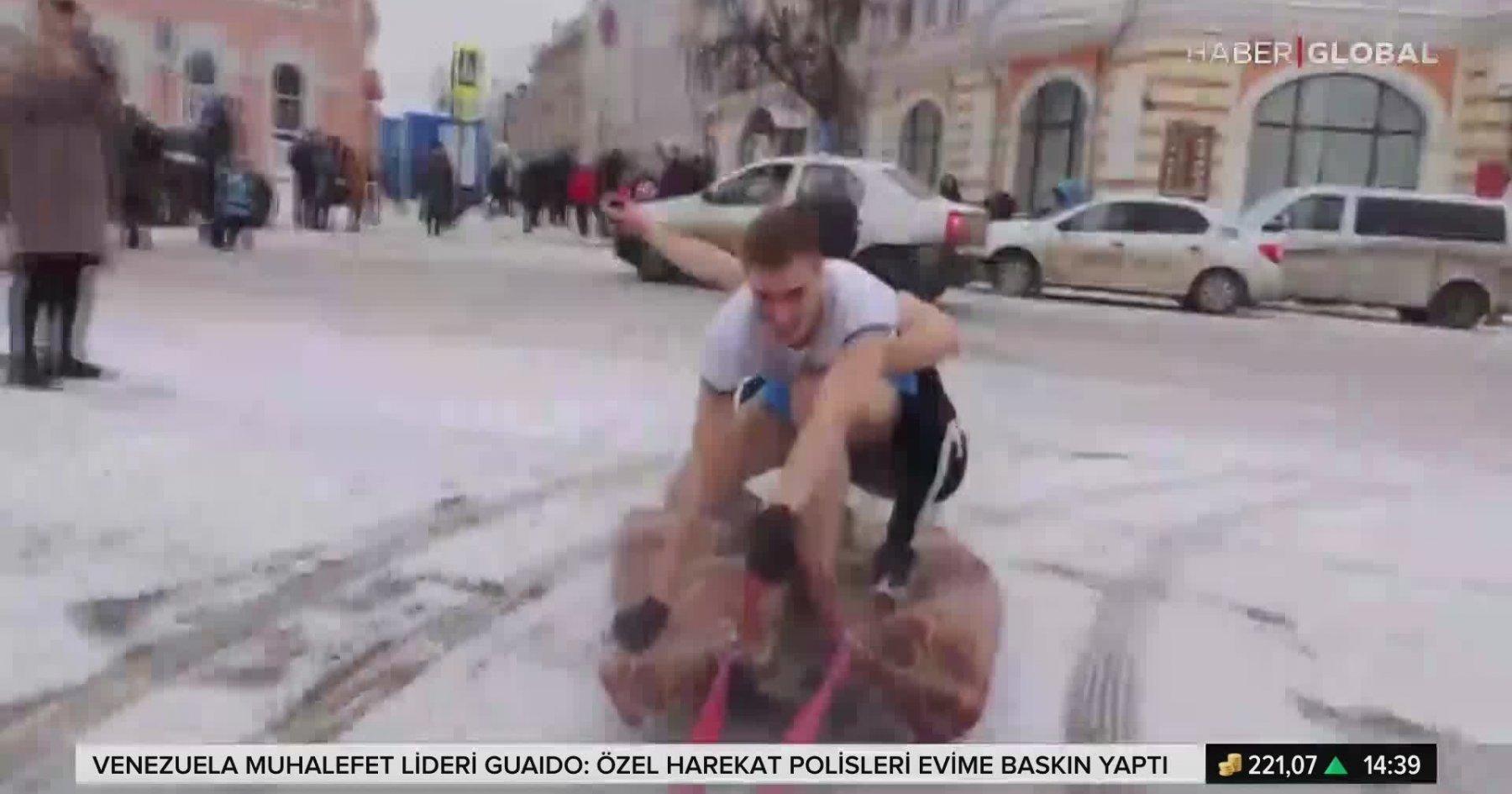 Rusya Sokaklarında Halı ile Kayan Gençler