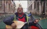 Venedik Sokaklarında Bağlama Çalmak