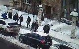Kaldırımda Yürüyen Gençlerin Üzerine Düşen Buz Kütlesi