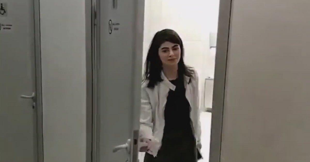 Mini Etekli Kadının Pisuvara İşemesi