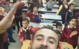 İbrahim Erkal Şarkısında Öğrencileriyle Coşan Öğretmen