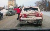 İki Sürücünün Buz Tutmuş Yolda Kavgaya Tutuşması