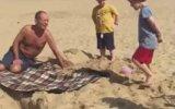 Plajda Çocuğuna Eşek Şakası Yapan Baba