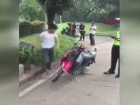Trafik Cezasına Kızıp Motosikletini Parçalayan Çinli