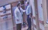 Doktorun Hastanedeki Refakatçiyi Tekme Tokat Dövmesi  ABD