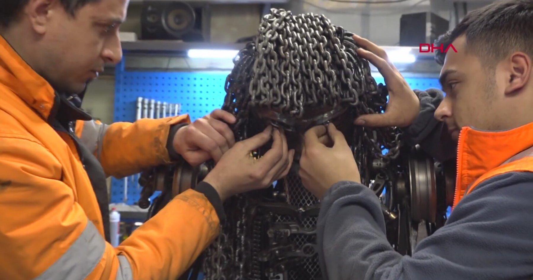 Hurda Malzemelerle Rockçı Heykeli Yapan Makine Teknikerleri