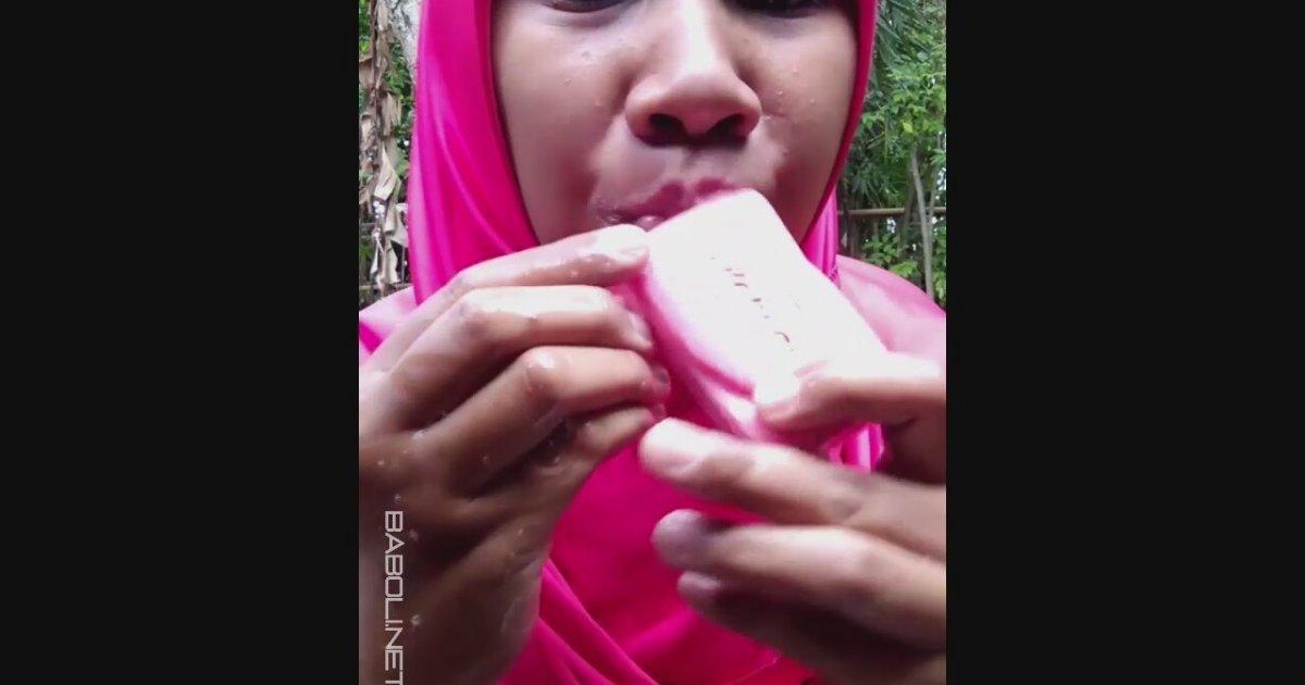 Deli Gibi Sabun Emikleyen Kadın