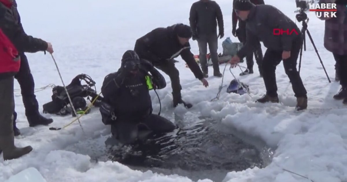 Motorlu Testere İle Buzu Kesip Dalış Yapan Dalgıçlar