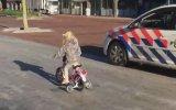 Bisikleti ile Polis Arabasına Meydan Okuyan Ufaklık