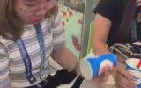 Dondurma ile Şovun İçine Eden Kız