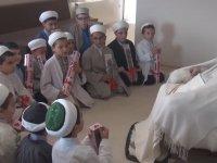 Mahmut Ustaosmanoğlu Çocuklara El Öptürme
