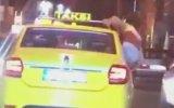İzmir Trafiğinde Taksi Camından Sarkarak Eğlenen Kızlar