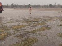 Yağmuru Tarlasında Çırılçıplak Koşarak Kutlayan Çiftçi