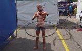 Keman Çalarken Hula Hoop Çeviren Genç Kız
