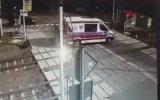 Lastiği Raylara Sıkışan Ambulansı Biçen Tren