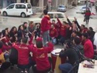 Galatasaraylı Taraftarların Arasına Dalan Otomobil