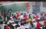 Çin'de Öğrencilere Tekme Tokat Dalan Öğretmen