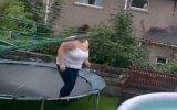 Trambolinden Şişme Havuza Yatay Geçiş Yapan Bayan Meme