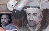 Cam Fanusa Kum Sanatını İşleyen Sanatçı