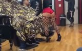 Saç Tıraşını Keyifli Hale Getiren Sarışın Berber