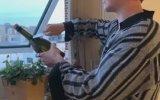 Açmaya Çalıştığı Şampanyayı Pencereden Düşüren Adam